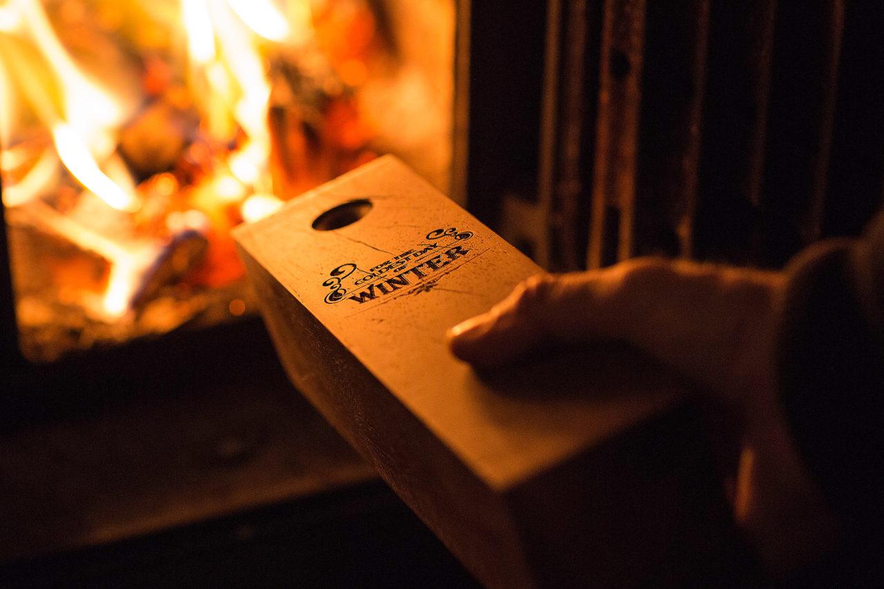 Luxe blok kachelhout van Azobe hout, relatiegeschenk voor de kachel liefhebber. Gegraveerd met 'For the Coldest day of winter'.