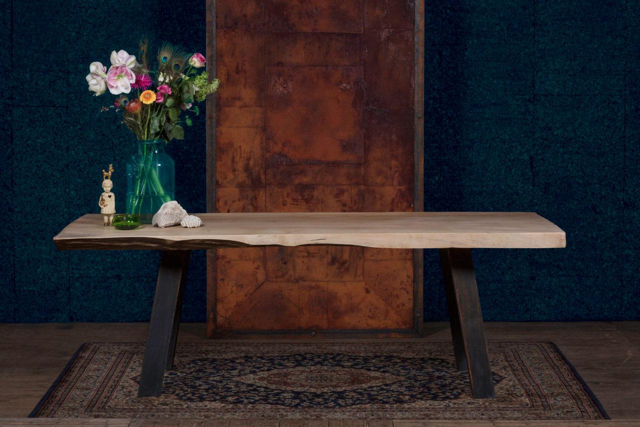 Dikke massieve populieren houten tafel met massief metalen onderstel. Licht gekleurd hout in combinatie met donkere stalen poten.