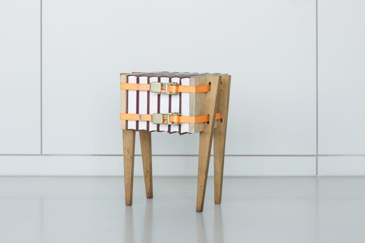 Bijzettafel Press Only. De spanbanden houden deze tafel bij elkaar. Boeken, kranten, of houtblokken kunnen er allemaal tussen geklemd worden.