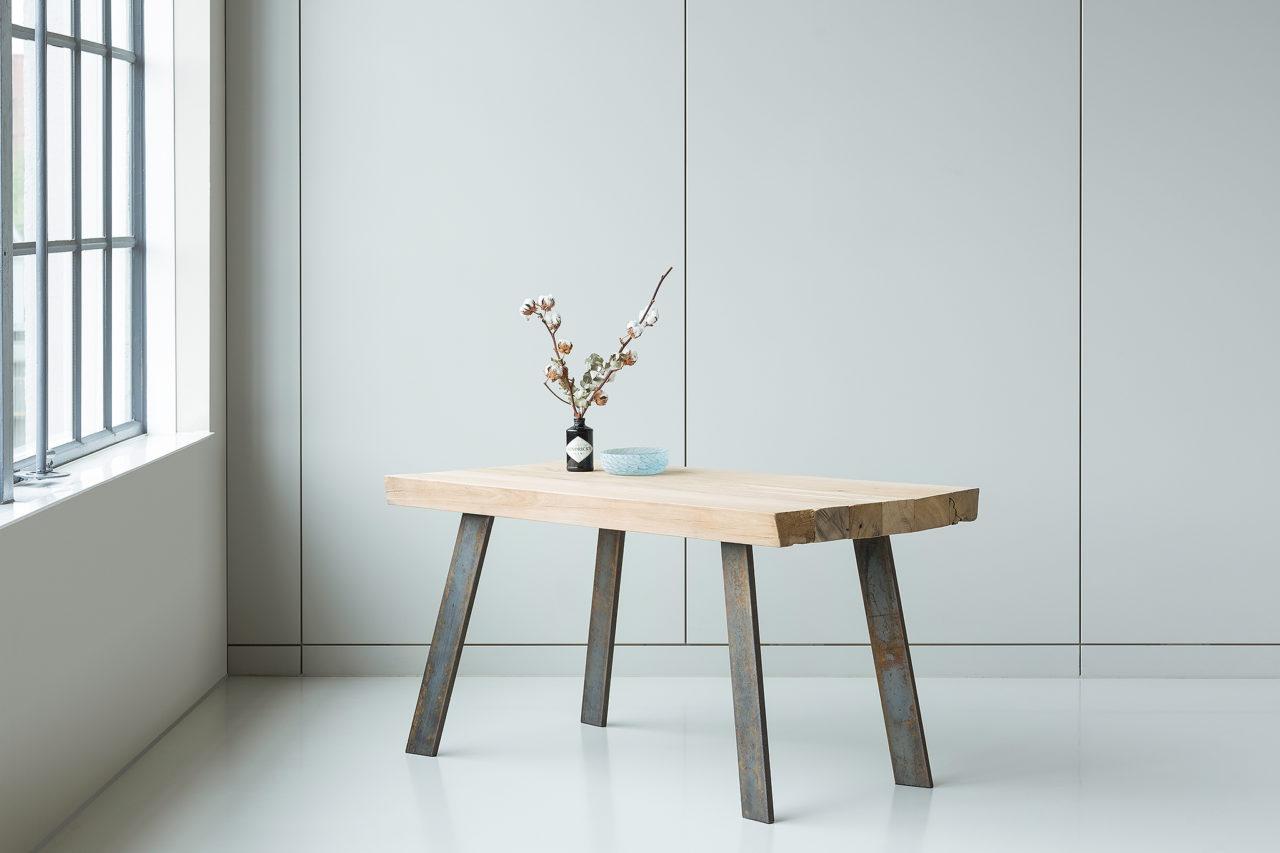Deze tafel is gemaakt van zes oude licht eikenhouten balke. Het blad staat op massieve stalen poten. Een zware massieve tafel die vele levens mee zal gaan.