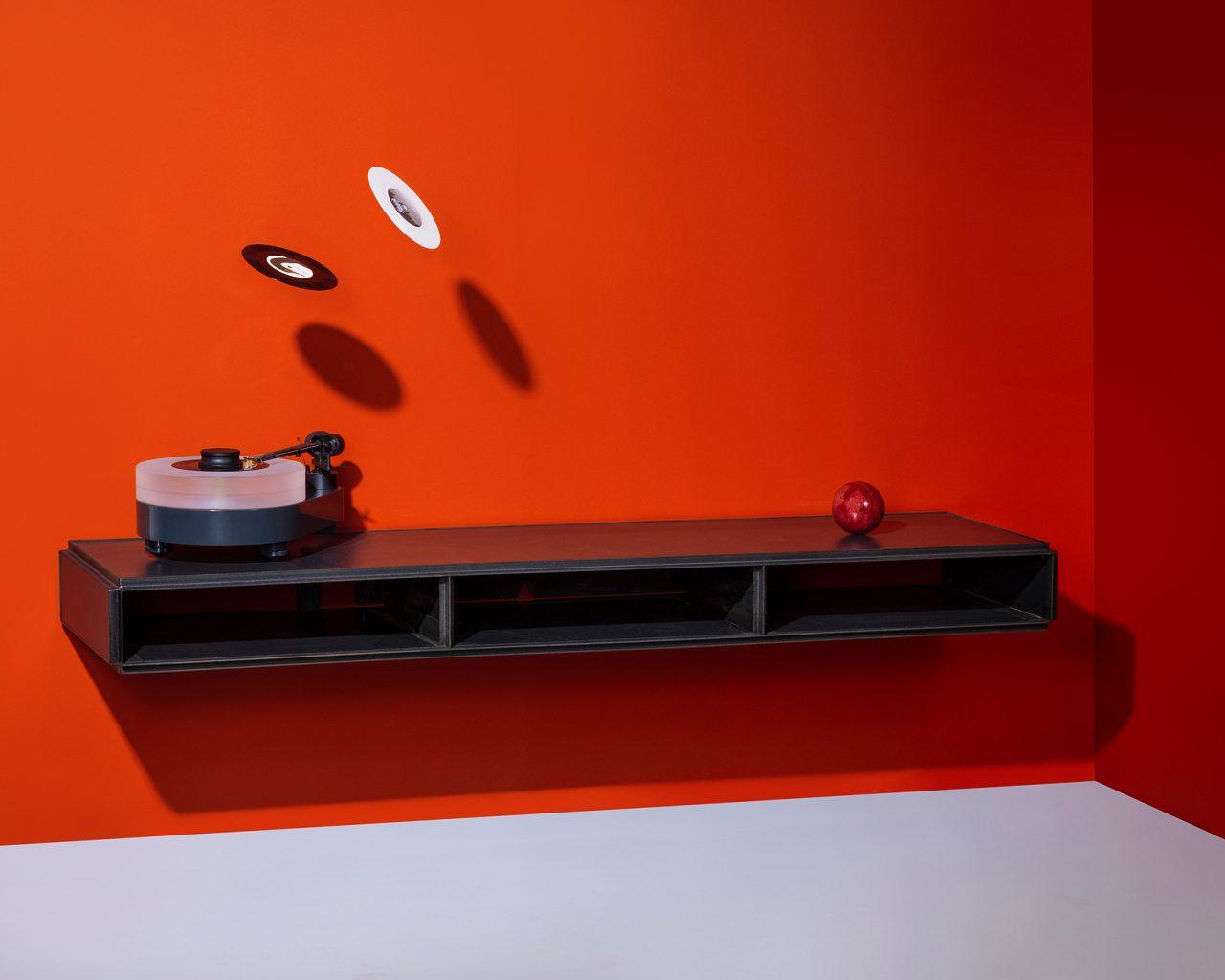 Ben Pearce zwevend minimalistisch audiomeubel zwart staal en watervast verlijmd MDF