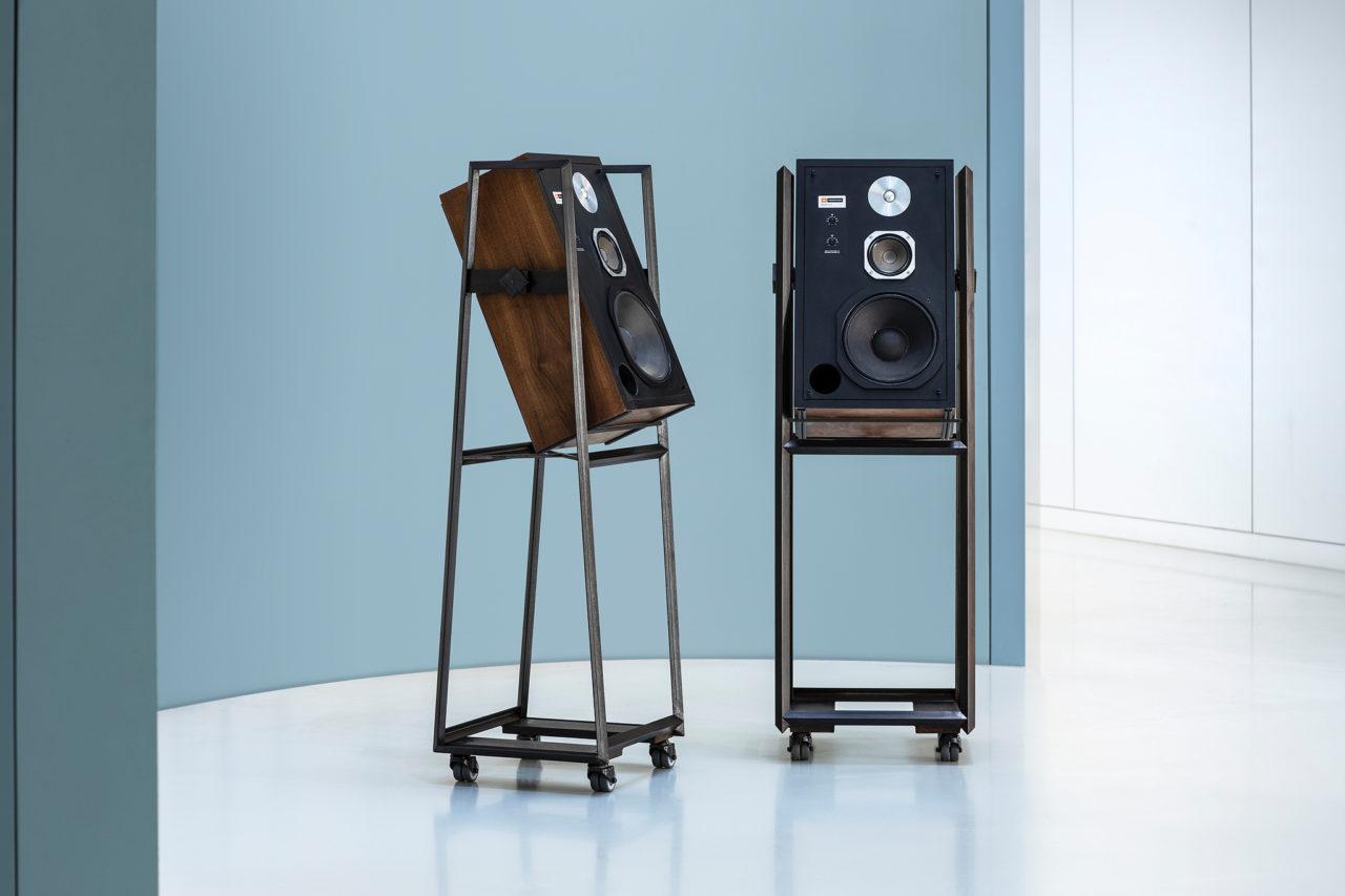 Ben Pearce designer maker. JBL speaker stands uit zwart staal, kantelbaar