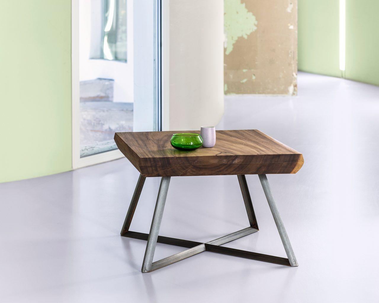 Het blad van deze koffietafel is gemaakt van Suar, een Indonesisch hardhout. De metalen poten zijn gemaakt van gezwart ijzer en hebben een uniek verstek.